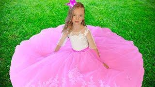 Лиза как принцесса собирается на бал
