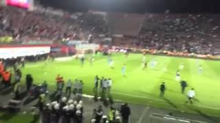 Trabzonspor-Fenerbahçe maçında hakem dövüldü; olaylar Periscope'dan canlı yayınlandı