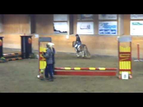 Linn�a rider hoppt�vling p� erk.