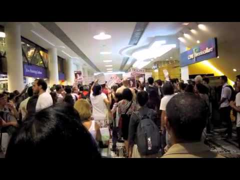Yoani Sánchez Protest at Largest Bookstore in Brazil
