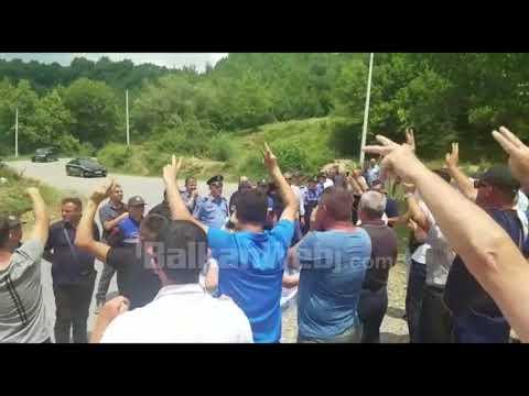 Rama mbërrin me helikopter në Klos, mbështetësit e PD e presin me protesta