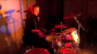 Девушка жжет на барабанах