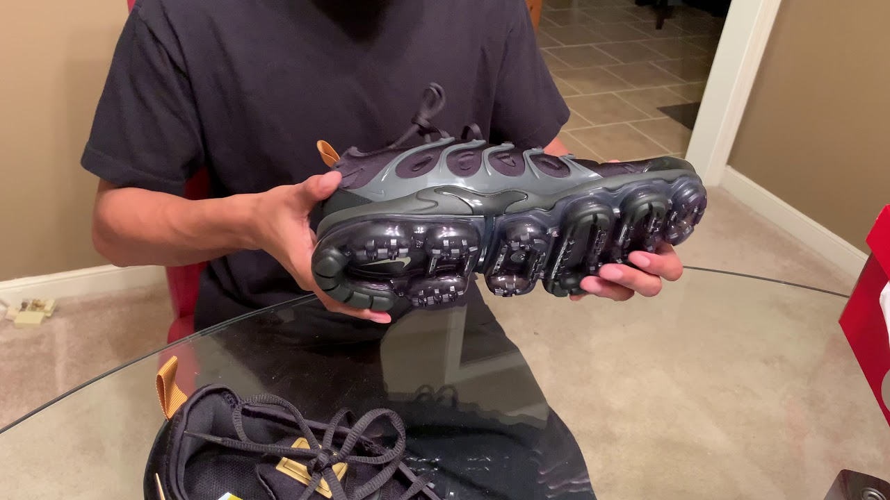 sneakers for cheap 7adac abce7 Quick unboxing Air Vapormax Plus - Black / Gold (Foot Locker Exclusive)