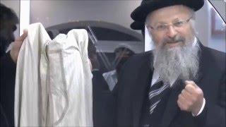 הרב שמואל אליהו מראה הגלימה שהבבא סאלי הכין לכבודו של המשיח ומסביר את מהותה