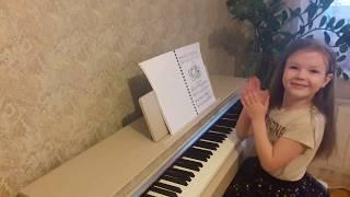 Девочка играет на пианино Веселый танец
