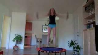 Упражнения на батуте с Катей