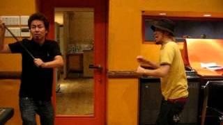 10-FEETのTAKUMAとKOUICHIがスタジオリハーサルの休憩中に冗談半分で撮...