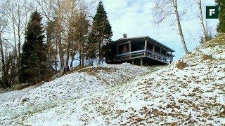 Лесной домик на склоне, вписанный в природу