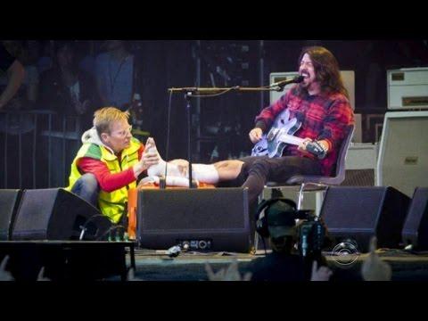 Foo Fighters frontman breaks leg, finishes show