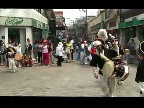 Korean Traditional Folk Dance with American Soldiers (Pungmul : 풍물) in Songtan (송탄), Korea