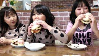 特盛手作りマフィンバーガーを食べる三姉妹
