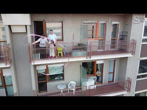 Coronavirus, l'intero quartiere canta l'Inno d'Italia: il flash mob visto dal drone da pelle d'oca