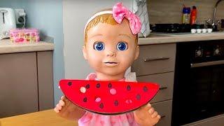 Маша и её обычный день с куклой. Вместе просыпаются, чистят зубы, завтракают.