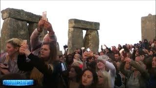 What Just Happened At Stonehenge? Thousands Eyewitness Alien Craft? Star Gate Portal? 2017