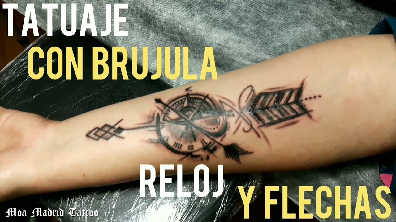 Tatuaje De Reloj Brújula Y Flechas En El Antebrazo Moa Madrid