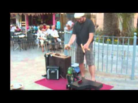 Marioneta en la calle tocando Bola de Fuego de Jerry Lee Lewis