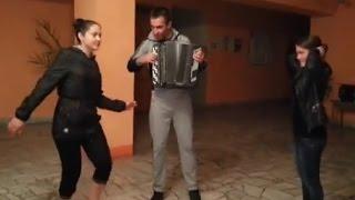 Девушка в деревенском клубе пытается танцевать под баян