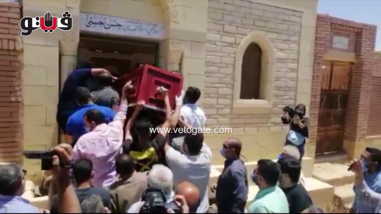 بعد غياب الفنانين.. سعد الصغير يشارك في جنازة حسن حسني مع عائلته بالمقابر