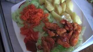 Hlavné jedlá : Kuracie mäso so zemiakmi v šupke a zeleninou