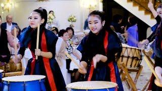 Korean girls play the drums / Корейские девушки играют на барабанах.