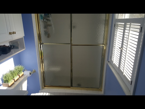 Video How to Clean Shower Doors │ Get Rid of Soap Scum Tutorial│Upbeat and Clean