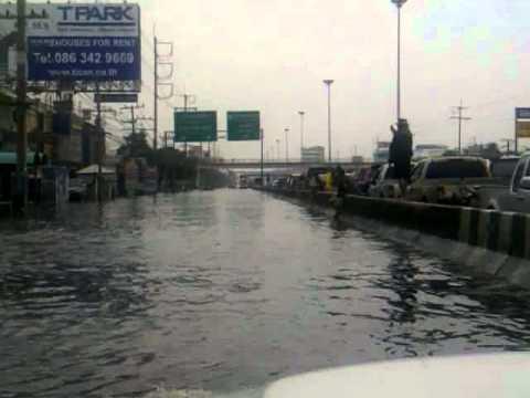 Flood in Bangkok on Vibhavadi rangsit RD. north to Don Muang Airport on Oct 20