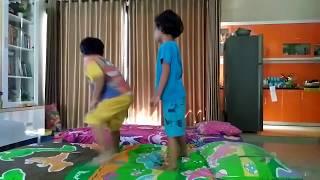 Anak Main di Kasur, Lompat, Loncat, Jatuh! Lanjut Lagi! | Kids Jumping in The Bed