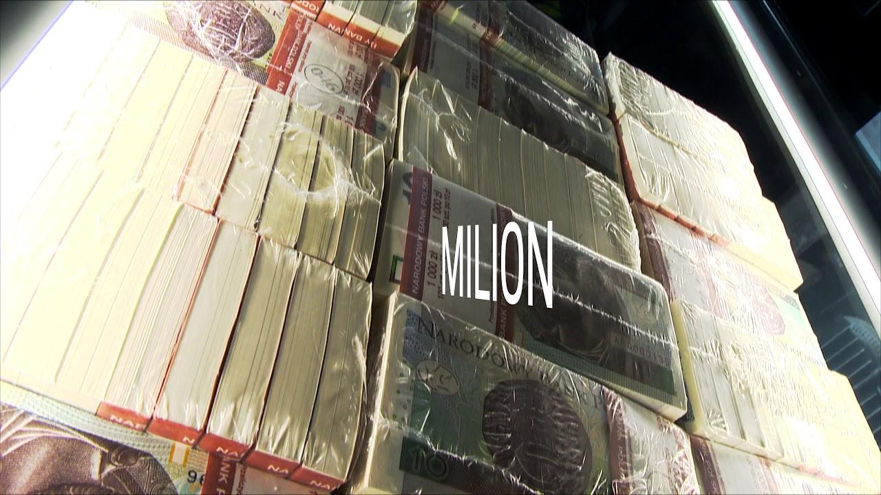 Stos banknotów wart milion złotych