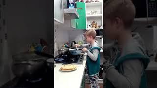 Я впервые научился готовить блинчики вкусненькие со сгущенкой