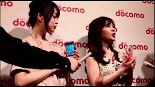 24日に開催されたNTTドコモの新機種発表会に、女優の朝倉あきさんと石野...
