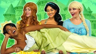 TIANA SAVED BY DISNEY PRINCESSES FROM CRUELLA (Elsa, Rapunzel, Belle and Jasmine) Totally TV.