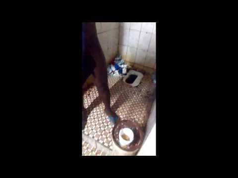 A l'intérieur de la prison centrale de Yaoundé, les détenus filment leur quotidien