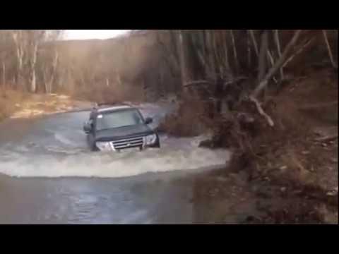 видео Мицубиси паджеро 2015 стандартной комплектации преодолевает водную преграду
