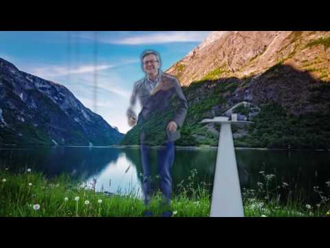 Jean Luc Mélenchon s'amuse avec l'hologramme