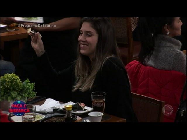 Participante do Faça & Disfarça dá comida na boca do amigo