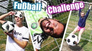 VERRÜCKTE 11m Fußball Challenge: NINA vs KATHI vs KAAN! Mit verbundenen Augen Fußball spielen