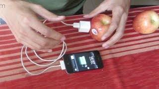 Cargando mi celular con fruta (manzanas y melón)