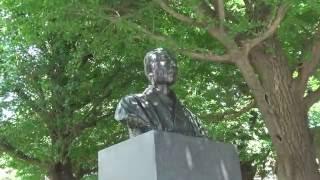 慶應義塾大学の日吉キャンパスに立つ福沢諭吉の銅像です。 東急東横線/...