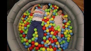 Gambar cover kocaman havuzu  şişirdik içine top doldurduk\we fılled the ball into the huge pool\fun kid video