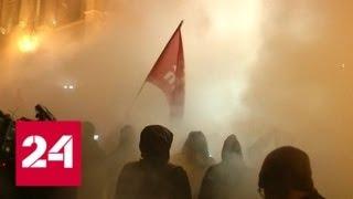 Смотреть видео В Будапеште демонстранты попытались прорваться к парламенту. Полиция применила газ - Россия 24 онлайн