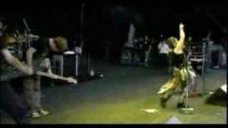 este video es en un festival de rock en japon y evanescence tokando...