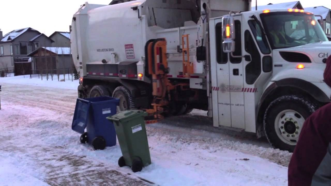 Automatic Side Loader Recycling Garbage Truck Picking Up