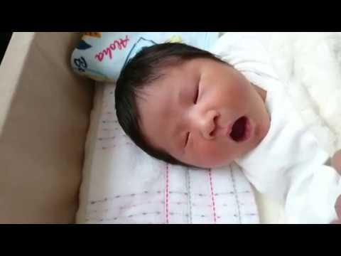 赤ちゃん寝ながら笑う