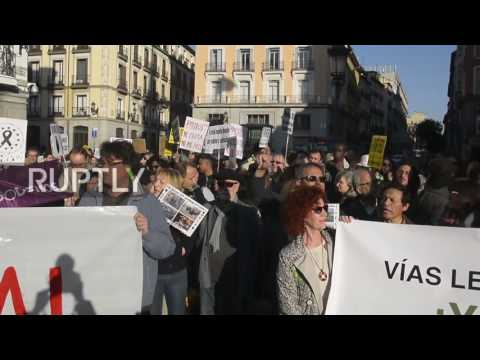 Spain: Tempers flare as far-right group interrupts refugee support rally