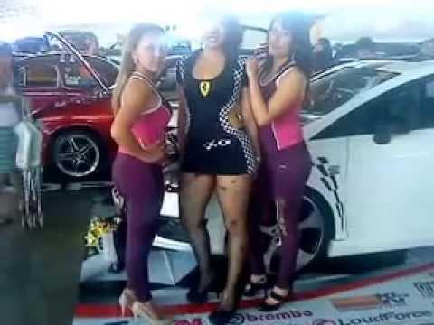 2 chicas nalgonas en desfile de bandas - 1 3