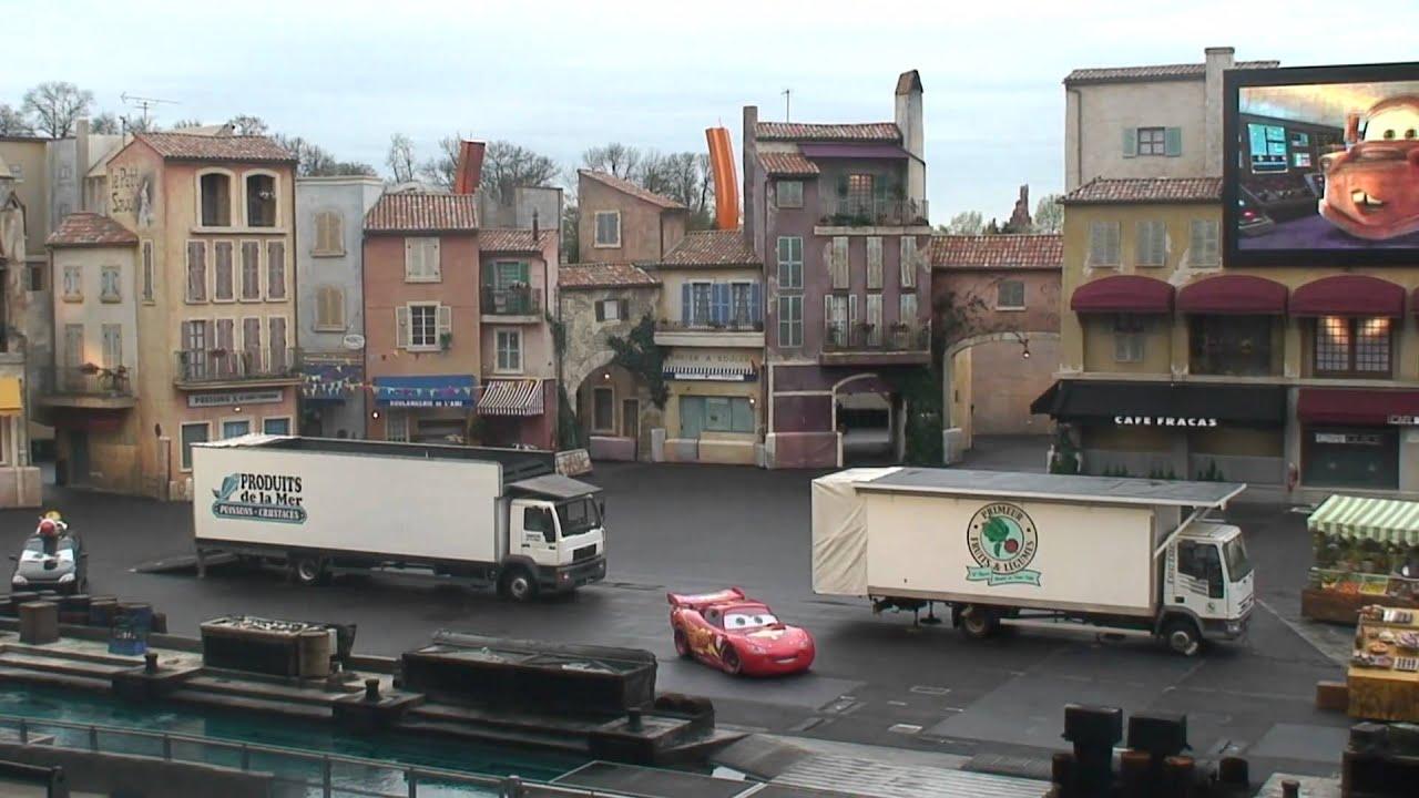 Lightning mcqueen in moteurs action stunt show for Moteur hotel