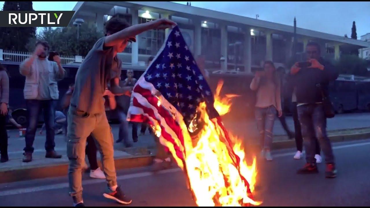 В Афинах в ходе акции протеста против ударов США по Сирии сожгли американский флаг