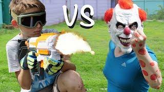 Клоун убийца напал на ребенка - нёрф война на русском оно // Nerf war or a clown stole a motorcycle
