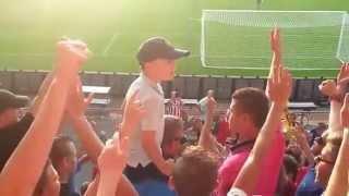 Маленький мальчик заводит фанатскую трибуну (A little boy gets fans
