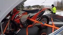 Moottoripyörän kuljettaminen peräkärryssä